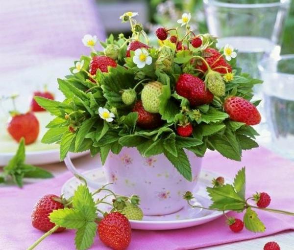 tisch-dekoration-in-rosa-pink-mit-erdbeeren-für-hochzeit