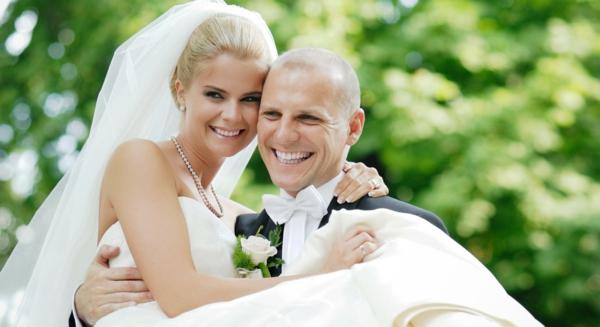 schönes ehepaar - ckeckliste für hochzeit machen