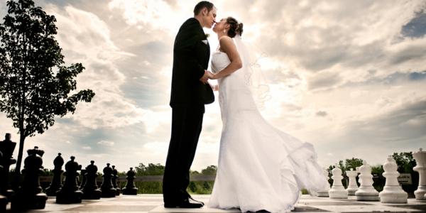 ckeckliste für hochzeit machen - braut und bräutigam küssen sich