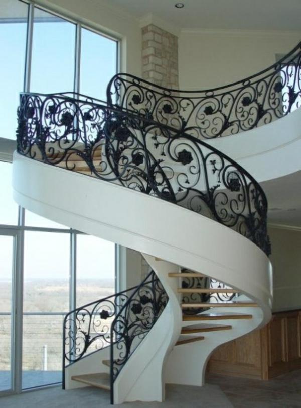 weiße-Innentreppe-mit-Geländer-aus-Metall