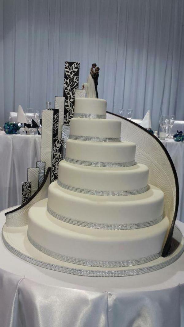 weiße-elegante-gigantische-mehrstöckige-torte-zur-hochzeit