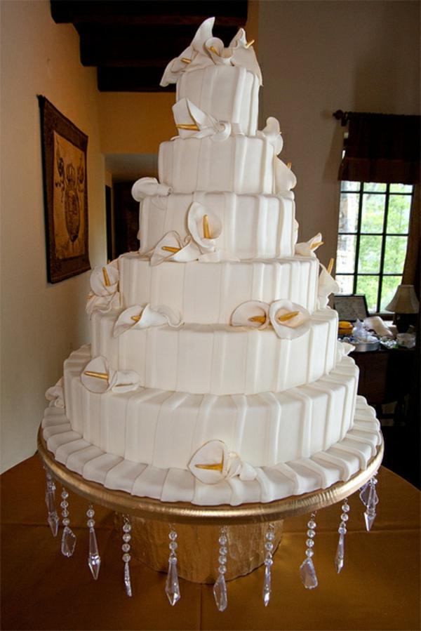 weiße-gigantische-inspirierende-mehrstöckige-torte-zur-hochzeit