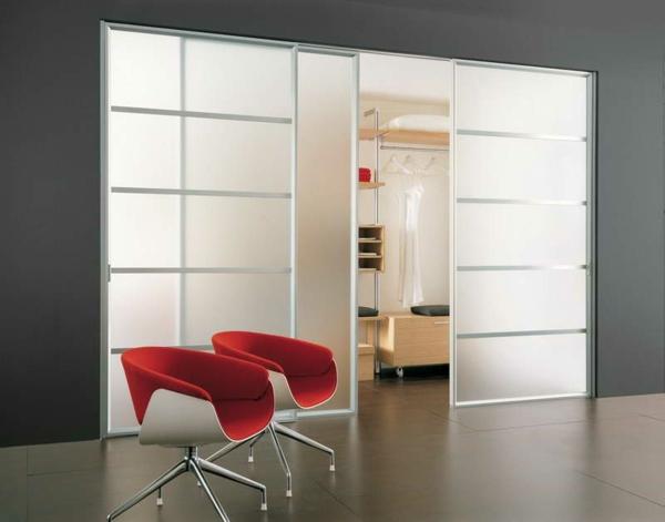 weiße-gleittüren-rote-stühle-