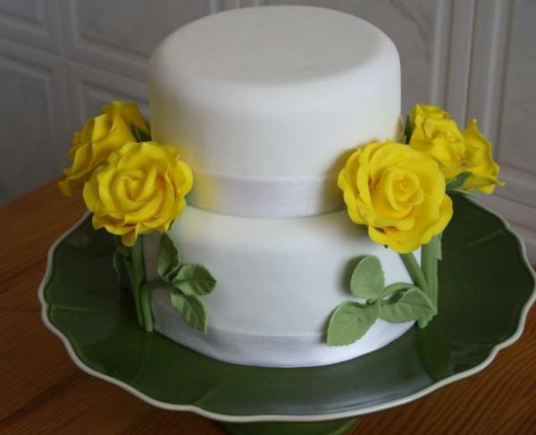 weiße-mehrstöckige-torte-zur-hochzeit-mit-gelben-blumen