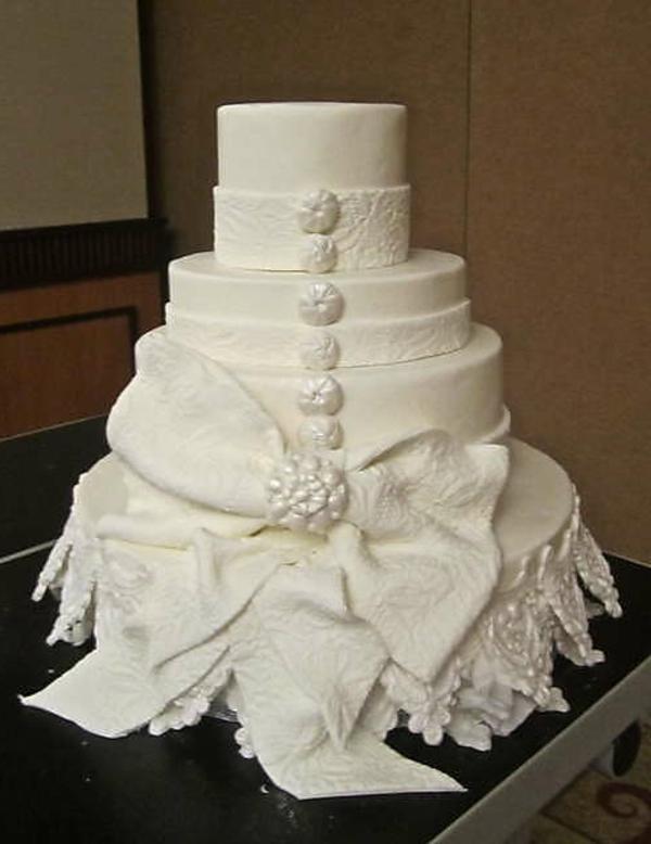 weiße-wunderschöne-mehrstöckige-torte-zur-hochzeit
