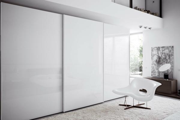 weißer-Kleiderschrank-Schiebetüren-Spiegel-modernes-Interior-Design-Wohnideen