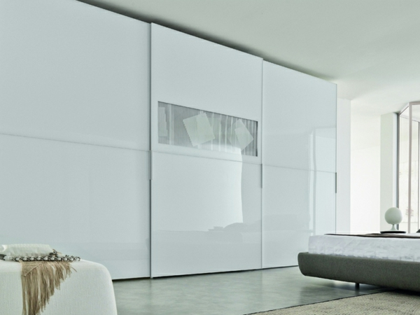 weißer--Kleiderschrank-Schiebetüren-Spiegel-modernes-Interior-Design-Wohnideen