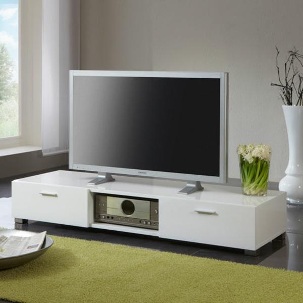 weißer--Schrank-aus-Holz-mit-modernem-Design