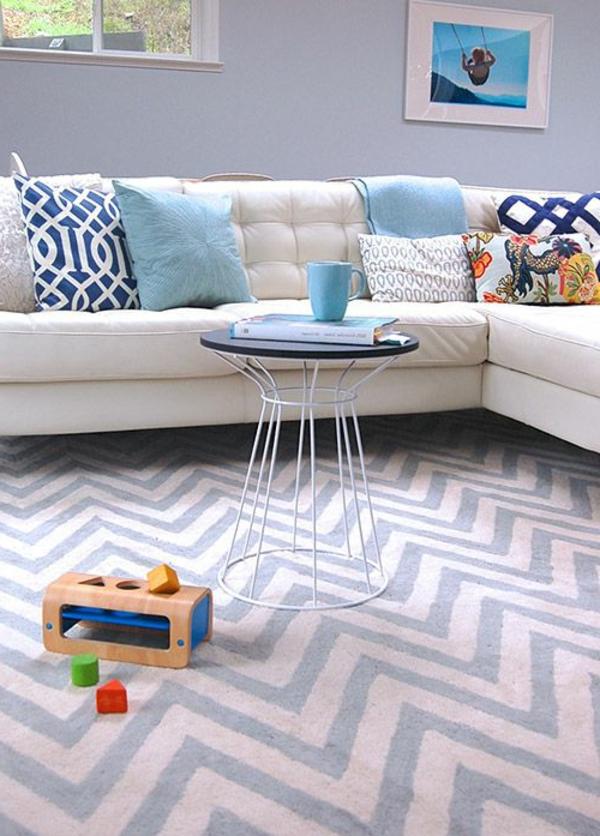 weißes-komfortables-sofa-aus-leder-für-das-wohnzimmer