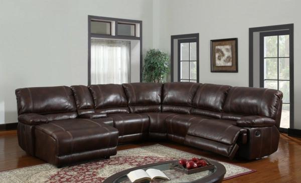 -wohnzimmer-einrichtung-mit-einem-super-bequemen-sofa-aus-leder-