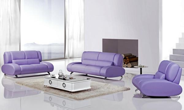 wohnzimmer-einrichtung-mit-einem-super-bequemen-sofa-aus-leder-in-lila