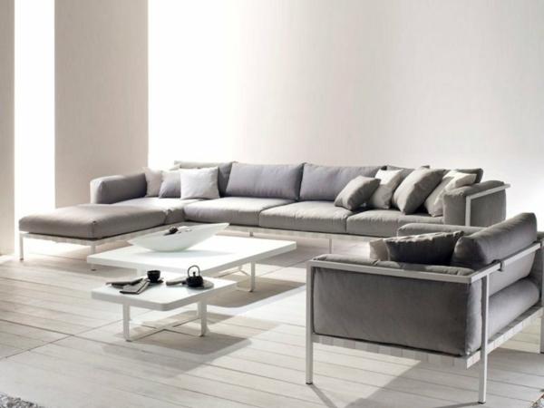wohnzimmer-einrichtung-mit-einem-super-bequemen-sofa-in-grau