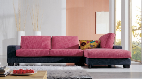 wohnzimmer-einrichtung-mit-einem-super-bequemen-sofa-in-rosa