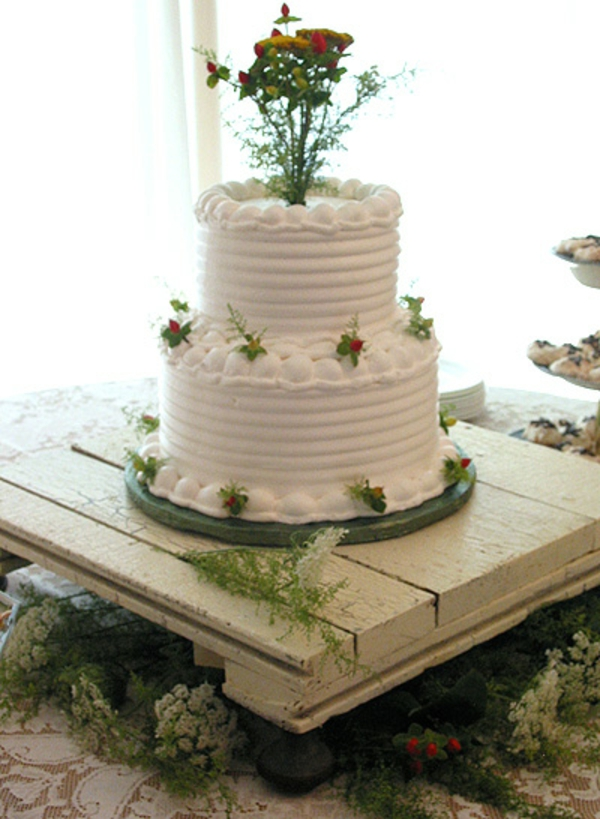 feier zur hölzernen hochzeit - weiße torte mit blumen dekorieren