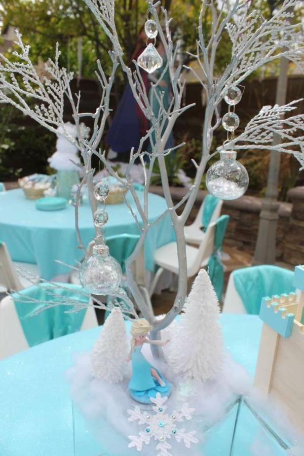 wunderbare-hellblaue-tischdecken-mit-fantastischer-tischdeko