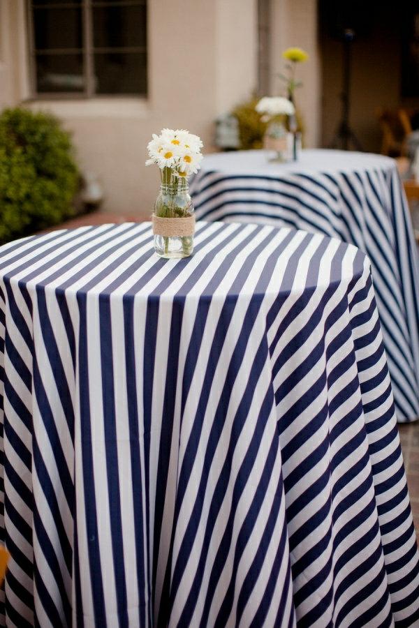 wunderschöne-decke-auf-weißen-und-blauen-streifen-