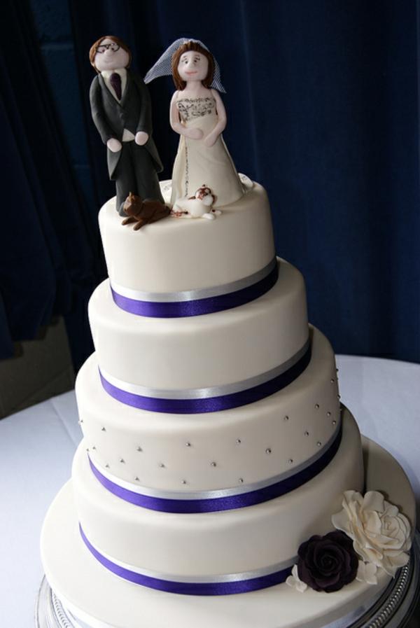 wunderschöne-mehrstöckige-torte-zur-hochzeit-braut-und-bräutigam