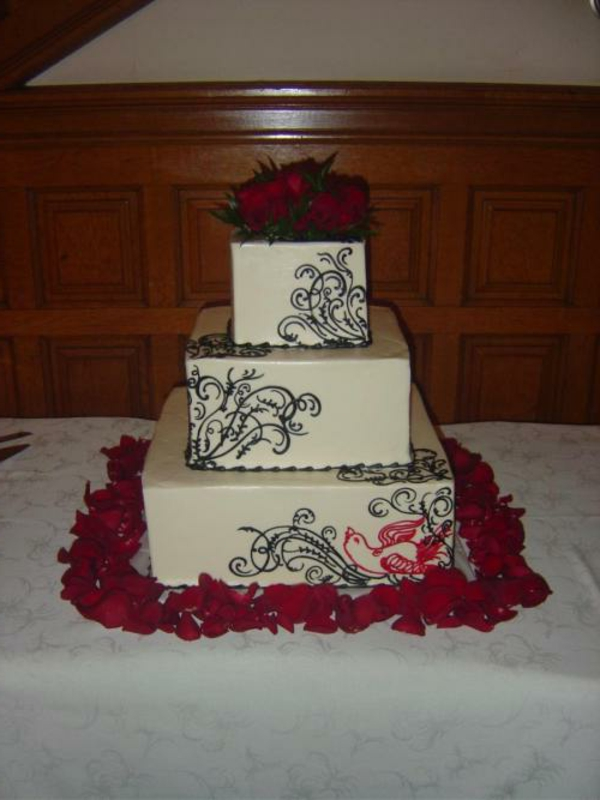 wunderschöne-mehrstöckige-torte-zur-hochzeit-weiß-und-rot-kombinieren
