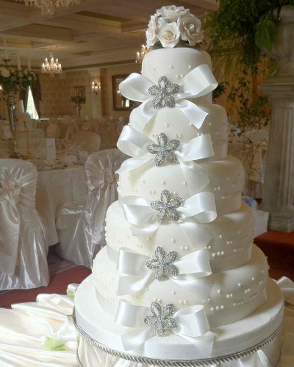 wunderschöne-weiße-mehrstöckige-torte-zur-hochzeit