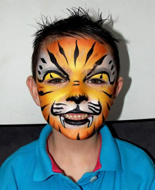 wunderschöner-kleiner-junge-mit-einem-tiger-schminken