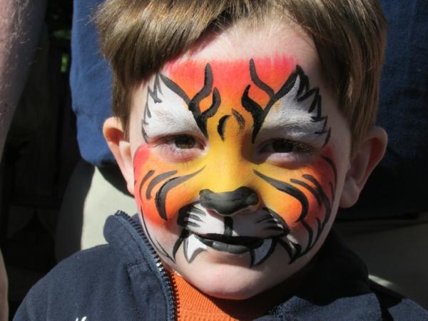 wunderschönes-kind-mit-einem-lustigen-tiger-schminken