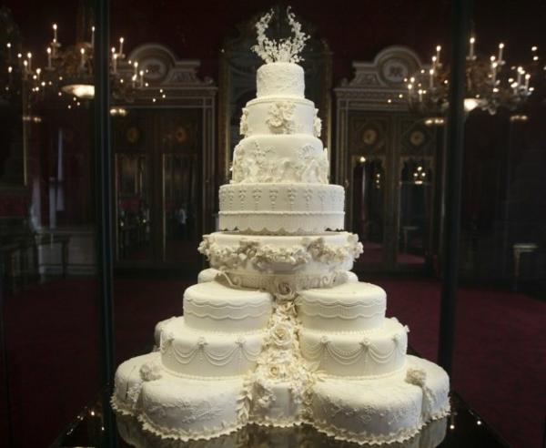 wunderschönes-weißes-modell-von-mehrstöckige-torte-zur-hochzeit