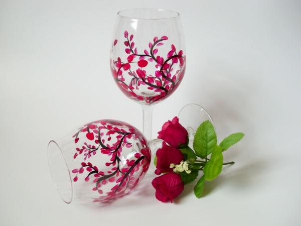 zwei-coole-weingläser-mit-gravur-rosige-farbschemen