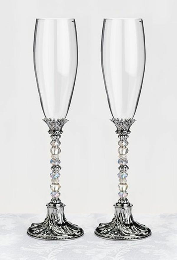 zwei-elegante-modern-aussehende-weingläser-mit-gravur