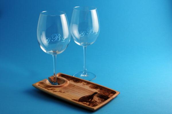 zwei-elegante-weingläser-mit-gravur-blauer-hintergrund