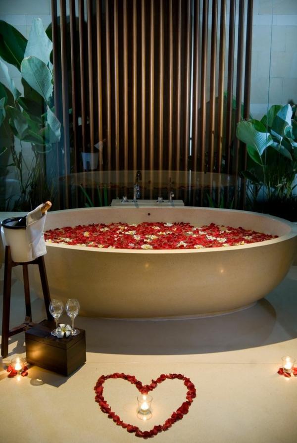überraschung Zum Valentinstag  Romantisches Wochenende Badewanne Mit Rosablättern