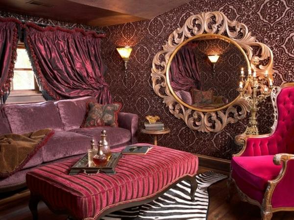 barockspiegel - rundes modell im interessanten wohnzimmer in lila farbschemen