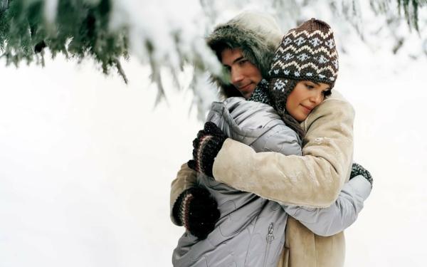 romantischeliebe inspiration -  man und frau umarmen sich im winter