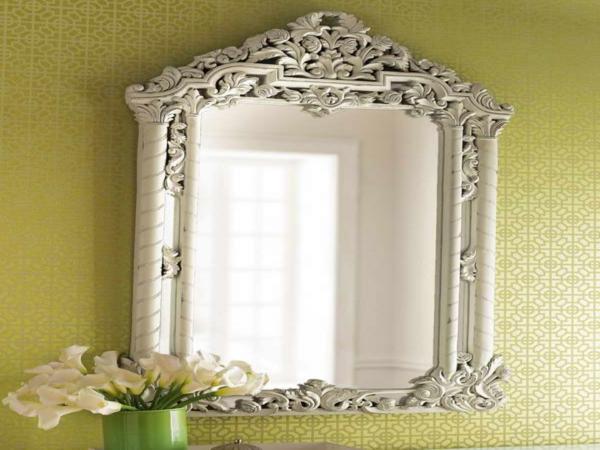 barockspiegel - an einer schönen wand - weiße blumen daneben