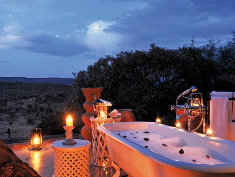 baden-draußen-besonders-gemütliche-momente-schick-edel-luxus-abend-beleuchtung-modern-