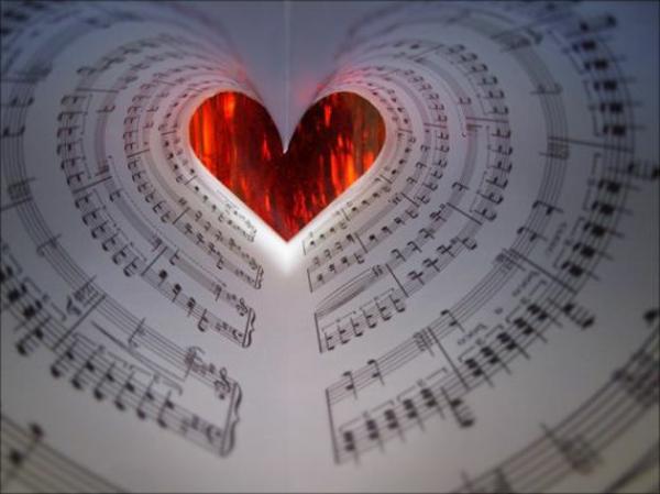 romantischeliebe inspiration -  herzform von papierblättern auf musiknoten