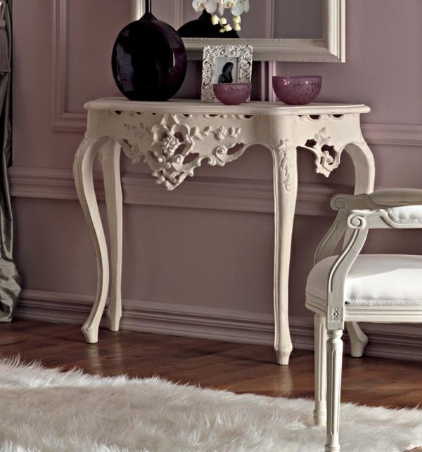 barocktisch - kleines schönes weißes modell unter dem spiegel