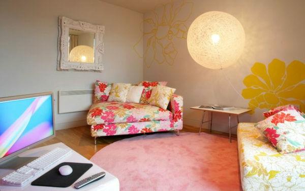 bunte Teppiche - rosiges modell neben einem schönen sofa