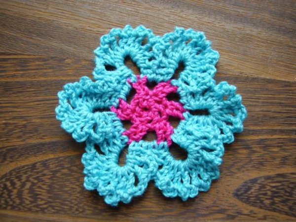Blumen häkeln - blaue und rosige farbe