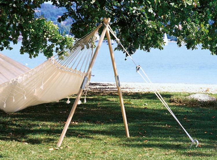 hängende-matte-unter-bäumen-schatten-am-strand-edel-luxus-schick-modern