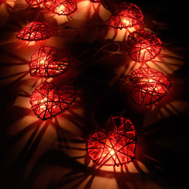 leuchter-kette-aus-roten-kerzen-schick-edel-besonders-modern-fein-schlicht