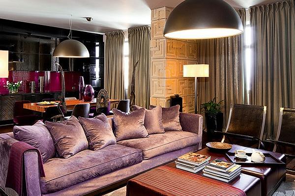 artdeco stil - schickes lila sofa mit dekokissen im wohnzimmer