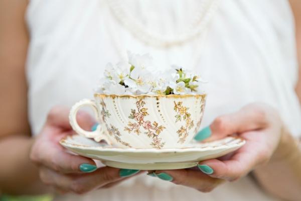 romantischeliebe inspiration -  weiße blumen in einer teetasse
