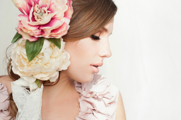 romantischeliebe inspiration - hübsche frau mit blumen in den haaren
