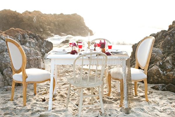 romantischeliebe inspiration -  weißer tisch mit stühlen am strand