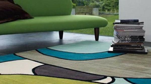 Teppich in bunten Farben - bücher darauf