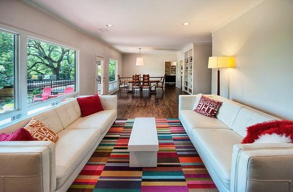 Teppich in bunten Farben zwischen zweii weißen sofas