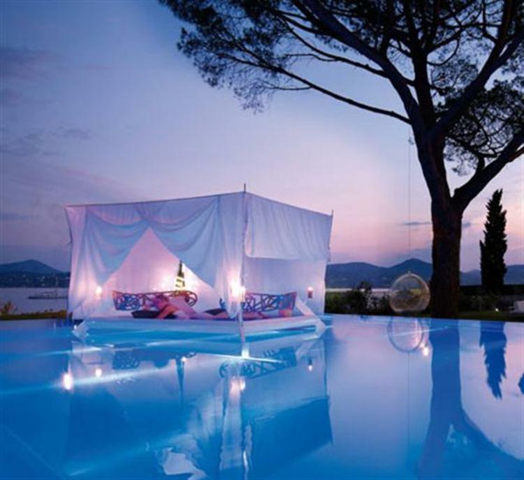 romantisch-am-wasser-besonders-schick-edel-himmelbett-mit-vorhängen-luxus-pur-neu-schlicht