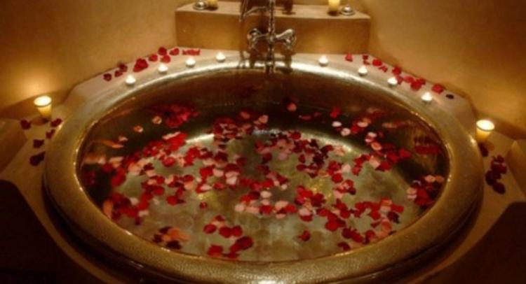 runde-badewanne-mit-rosen-blüten-und-blätter-schick-edel-besonders-romantisch
