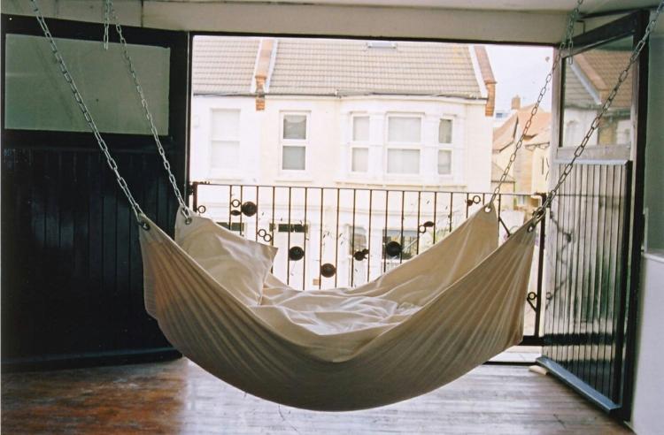 hängendes-bett-liege-couch-schaukel-edel-beige-modern-design-entspannen-relax