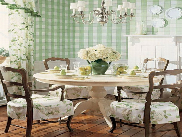 landhausdekoration -wunderschöne weiße blumen auf dem runden tisch im esszimmer